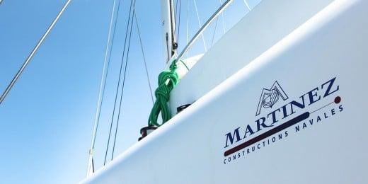 logo du chantier de construction navale Martinez sur un bateau